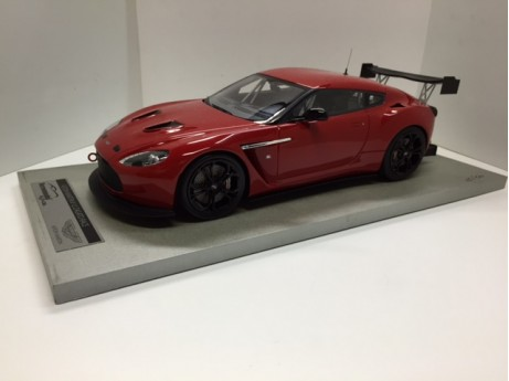 Aston-Martin V12 Zagato 2012 rood racing press 1/18