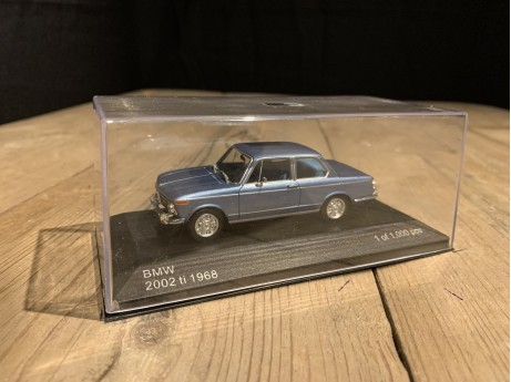 1:43 BMW 2002ti metalic blue 1986 (Whitebox)