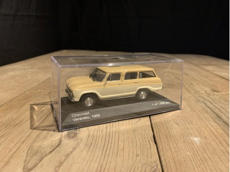 1:43 Chevrolet Veraneio 1965 beige (Whitebox)