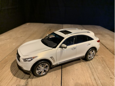 1:18 Infiniti QX70 2014  wit (Paudi Model)