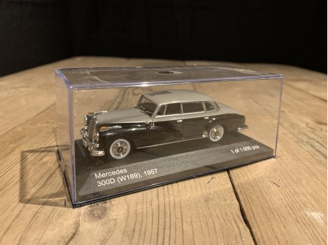 1:43 Mercedes-Benz (W189) 300D 1957 zwart / grijs (Whitebox)