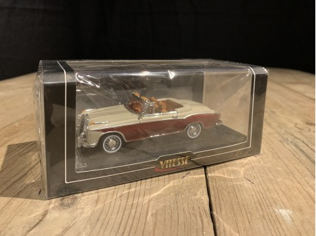 1:43 Mercedes-Benz 220 SE cabriolet light Ivory / red (Vitesse)