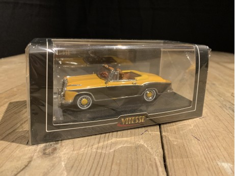 1:43 Mercedes-Benz 220 SE cabriolet Yellow / Brasil Brown  (Vitesse)