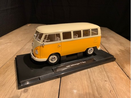 1:18 Volkswagen T1 bus geel / beige 1963  (Welly)